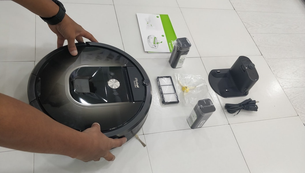 New iRobot Roomba i7+ Robot Learns a Home's Floor Plan and Empties Itself-Roomba 980-Vacuum Cleaner Robot-techinfoBiT-00001